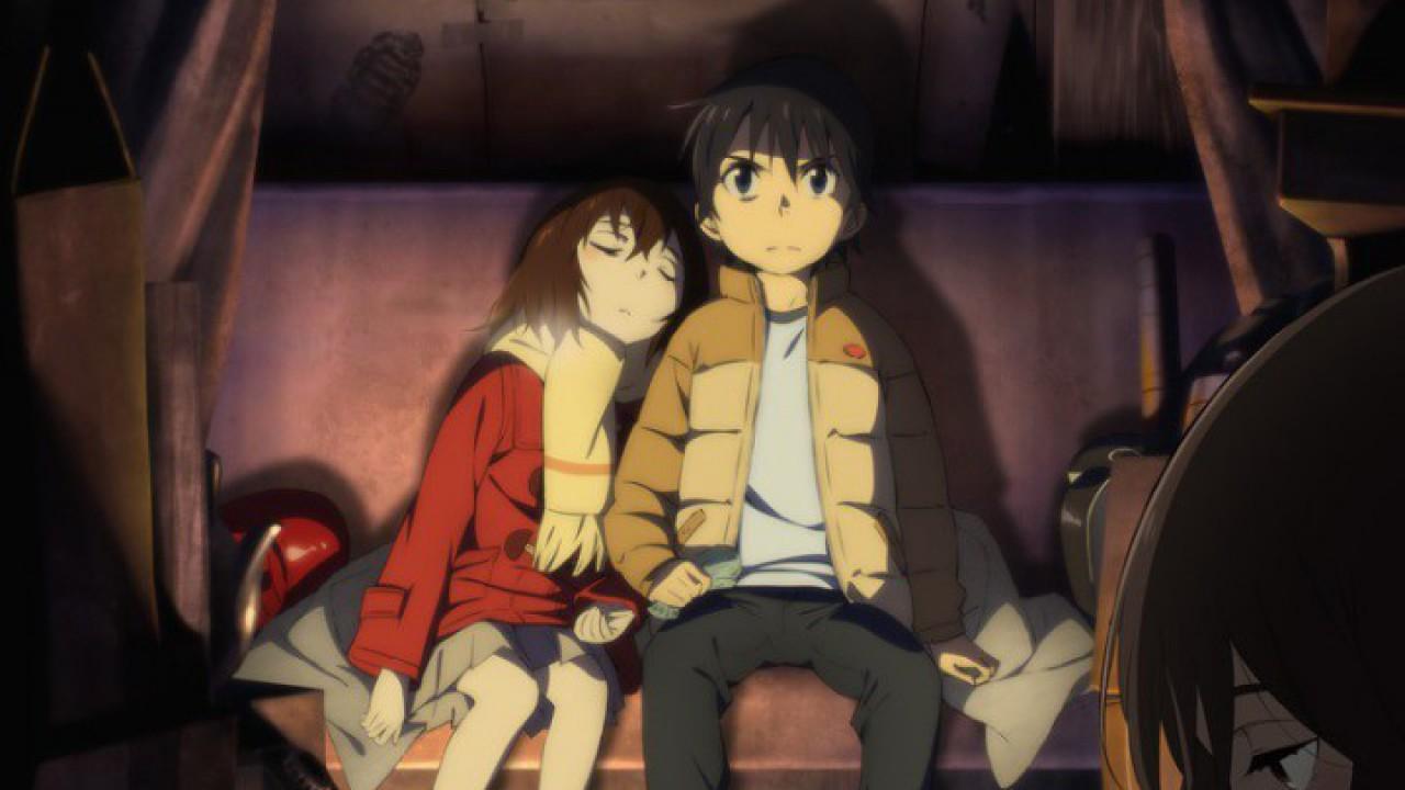 """Boku dake ga Inai Machi (Erased) es un anime que cuenta la historia de Satoru Fujinuma, un autor de mangas bastante apático que sufre una especie de regresiones cada vez que va a pasar algo malo y que no desaparecen hasta que resuelve el problema. Un día, una persona muy cercana a él será asesinada y, por el varapalo se verá trasladado 18 años atrás hasta su niñez, en una época donde 3 niños de su pequeño pueblo fueron secuestrados y asesinados. Satoru, que cree que la muerte de ese ser querido puede tener relación con esos sucesos, tratará de corregir la historia para evitar el cruento desenlace que tendrá en su presente.\r\n\r\n\""""Boku Una de las portadas del anime\r\n\r\nDesde mi punto de vista Boku dake ga Inai Machi es una gran serie. Hasta el penúltimo capítulo la consideré el mejor anime que había salido desde Shingeki no Kyojin: el final de la serie no le hace ninguna clase de justicia, propiciando un fuerte golpe a su imagen, aunque me dejó tranquilo, ya que, al fin y al cabo, habían cerrado la historia. Ignorando este pequeño detalle, os animo a verla: la trama tiene un gran nivel que te absorverá y no pararás hasta verla acabar.\r\n\r\n\""""Kayo Kayo y Satoru\r\n\r\nBoku Dake ga Inai Machi es lo que buscas si eres una persona que necesita una trama intensa y misteriosa para que un anime sea espléndido. Su encanto reside precisamente en los secretos que esconde, en como se va solucionando la trama, como se complica y hasta dónde puede llegar. Todo y que ha resultado más corto de lo que la historia merece, es un anime sensacional. Además, el trabajo detrás de los dibujos es impresionante.\r\n\r\nEl manga en el que está basado -llamado también Boku dake ga Inai Machi- dicen que es más detallista y tiene un final diferente que, por las críticas, parece ser mejor que el final que le dan al anime."""