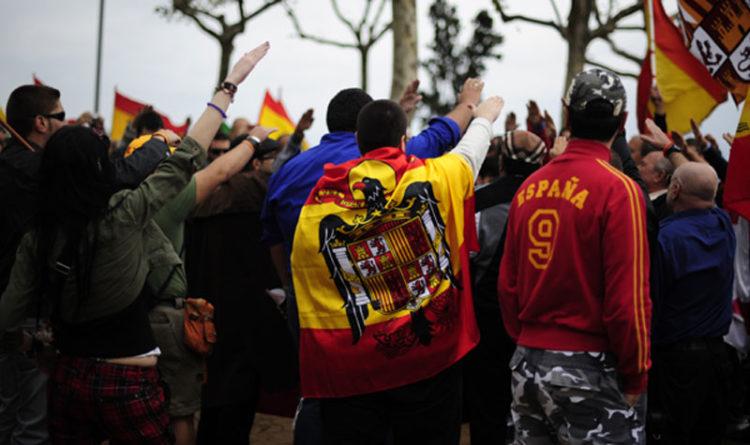 """DEMOCRACIA no es VOTAR, es poder EXPRESARSE con libertad. Defendamos España de los ANTIPATRIOTAS Nota: Si no vas a leer el texto entero, lo mejor es que no saques coclusiones precipitadas :) Hay quienes se llenan la boca hablando de derechos... Y se nos olvidan los deberes. Siempre. Basta ya de tutela odiosa, que la igualdad ley ha de ser: """"No más deberes sin derechos, ningún derecho sin deber"""". No es una canción fascista, es uno de los cuartetos de la Internacional. Sin la construcción mental de las leyes, los derechos se caen por su propio peso. En una democracia ciertamente sana, que por más que os empeñéis, no, no es una dictadura, de serlo, probablemente estaríais criando malvas por expresaros. Y no, a nadie le meten en la cárcel por chistes de carrero blanco, porque los hemos hecho todos. Recordad que, cuando desafiáis las leyes por injustas, los asesinos también piensan que la prohibición de matar es injusta, y la extrema derecha que la de pegar también ¿Hacemos un refrendo para legalizar alguna de estas medidas? No ¿Por qué? Porque atenta contra el Estado de Derecho. """"Pero si es votar"""" algunos espetaréis. La democracia NO es votar. En el Antiguo Régimen también existían elecciones. Y no había democracia. Democracia es que mañana salga a la calle con cierta seguridad. Democracia es tener aunque sea un espacio de expresión, como poder manifestarme, poder elegir a mis representantes o poder gritar a los cuatro vientos mi opinión. Pero siempre, y repito SIEMPRE dentro de la ley. Porque luego nos quejaremos de quienes las incumplen, y con todo el derecho del mundo podrán decirnos, que nos apliquemos el cuento. Dicho esto, punto y aparte, me gustaría llamaros a defender esa democracia. La extrema derecha empieza a ganar confianza, con la ayuda de los medios conservadores, que se niegan a afirmar la realidad. Es INTOLERABLE que uno de los derechos FUNDAMENTALES (Que ojo, no es votar, sino el de manifestar libremente la opinión) fuera transgredido impunemente el pas"""